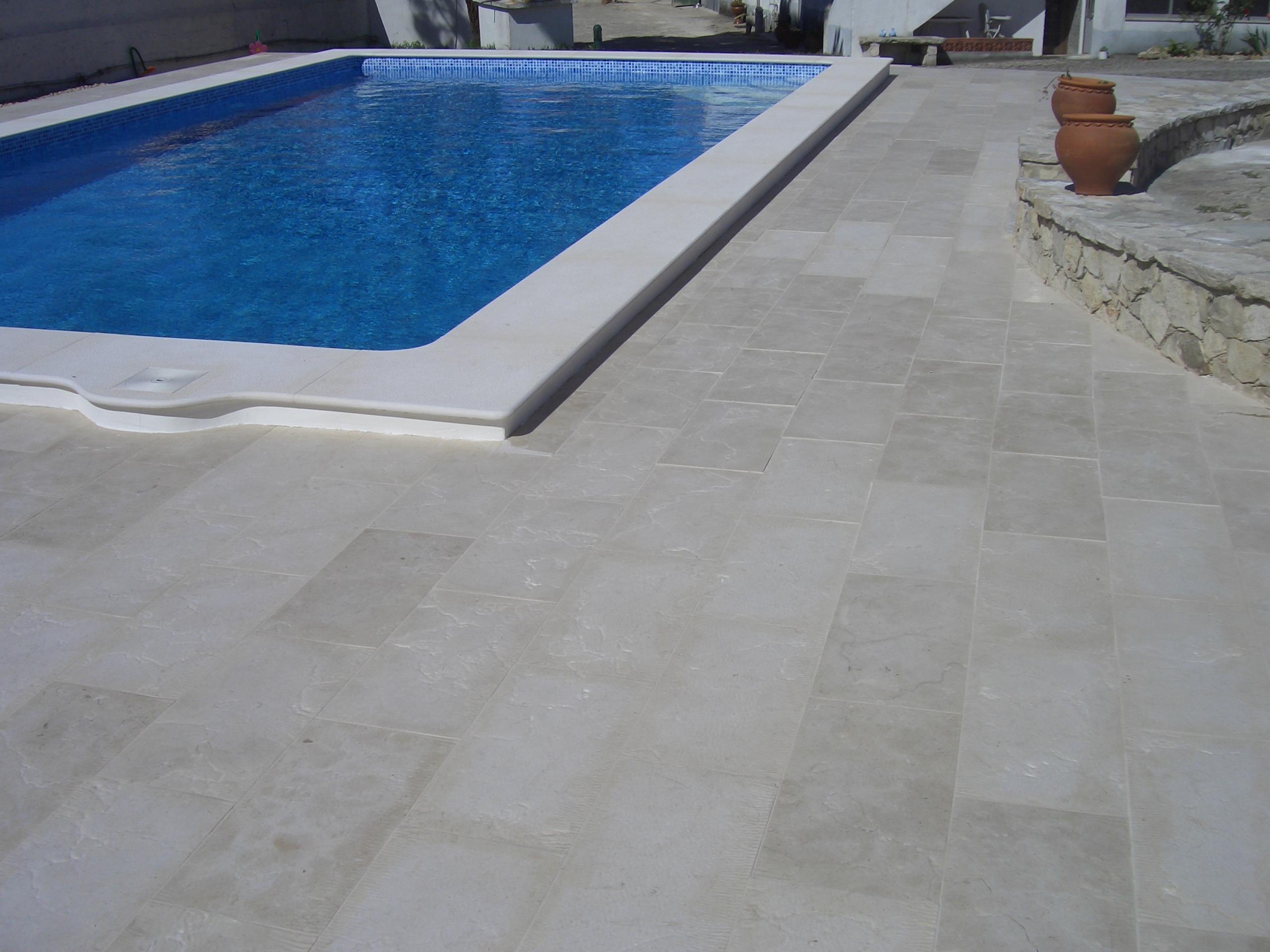 Vig rio machado piscinas jardins for Pavimento para alrededor piscina